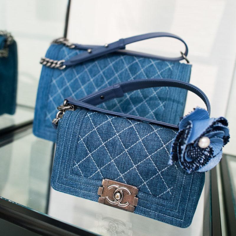 58d1b52d91e0 Можно подобрать сумки любого фасона и размера, сделав аксессуар главной  изюминкой образа. Джинсовая сумка станет приятным дополнением для  повседневной носки ...