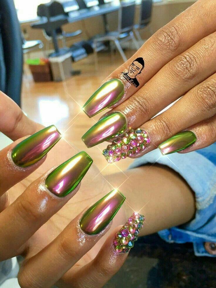 розово-зеленый металлический дизайн ногтей