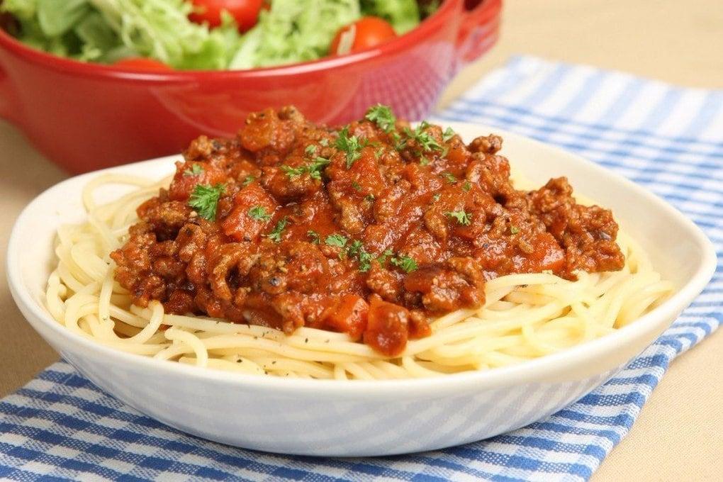 Рецепт соуса для спагетти вы можете менять под свои вкусовые предпочтения.легкий овощной соус поможет сделать ваше блюдо диетическим и полезным.