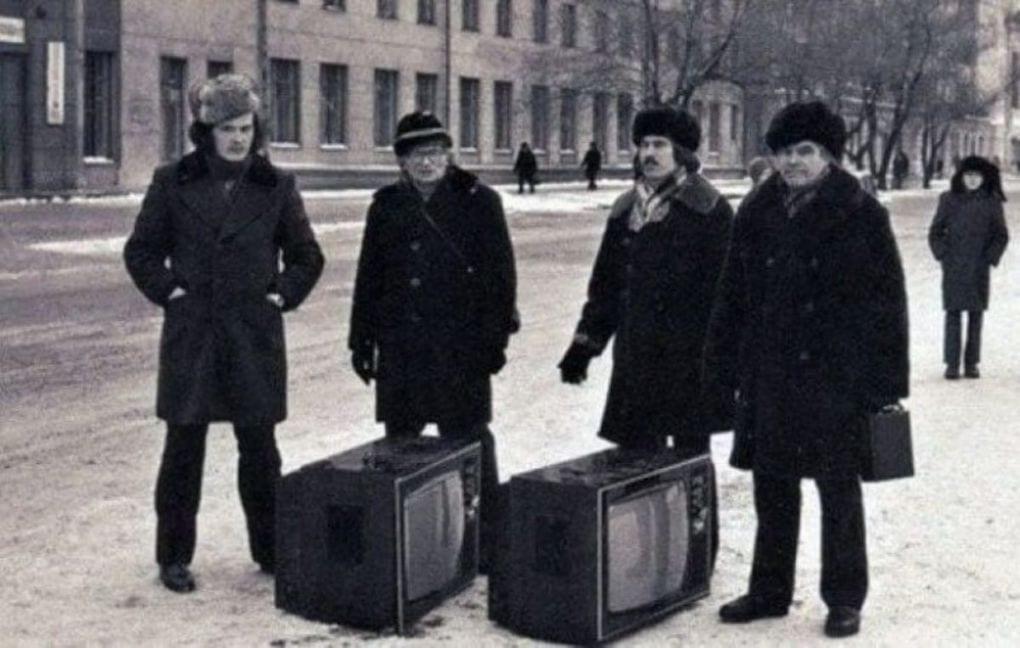 Советская черно-белая фотография с телевизорами