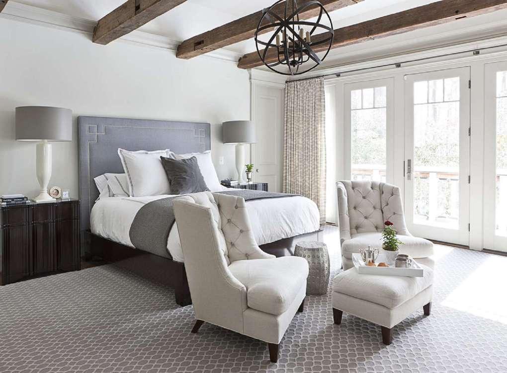 большая спальня с большими окнами