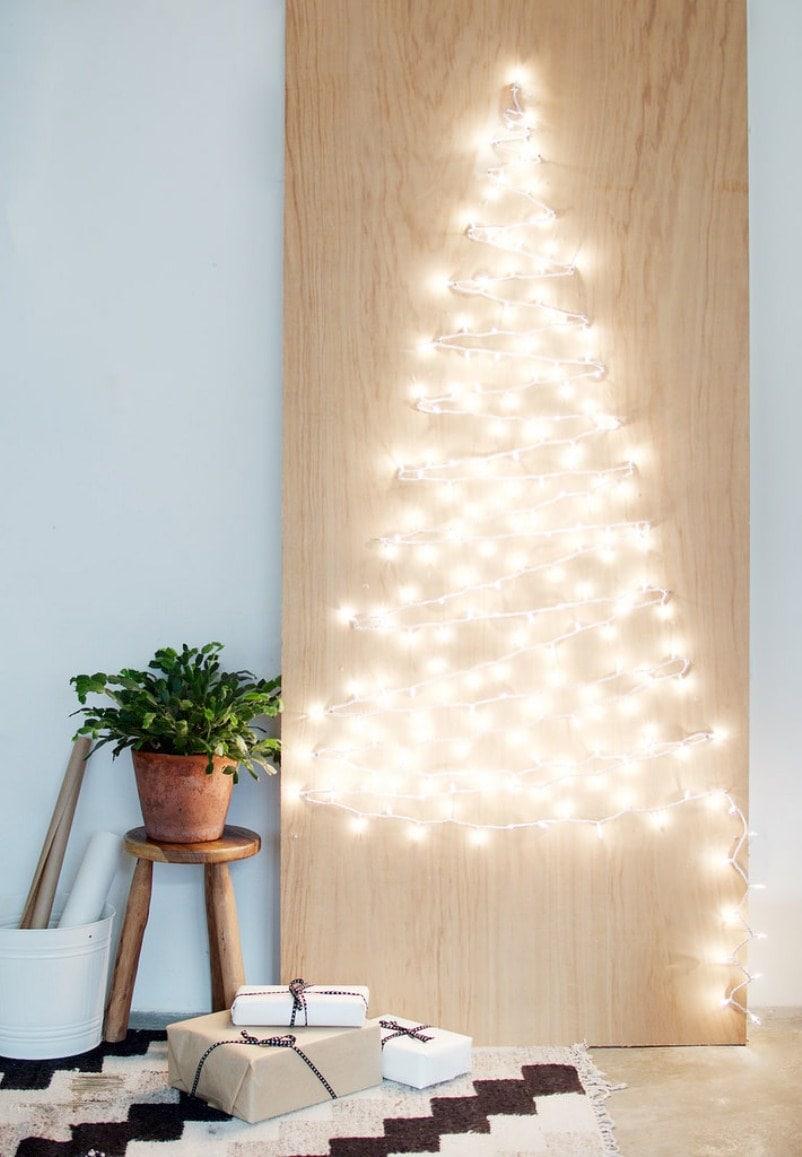 елка из гирлянды на стене
