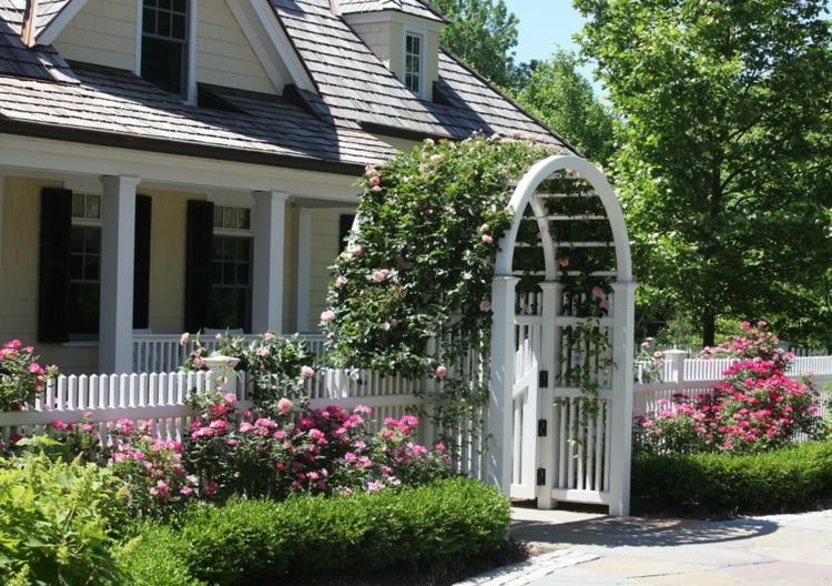 дизайн сада с аркой из роз