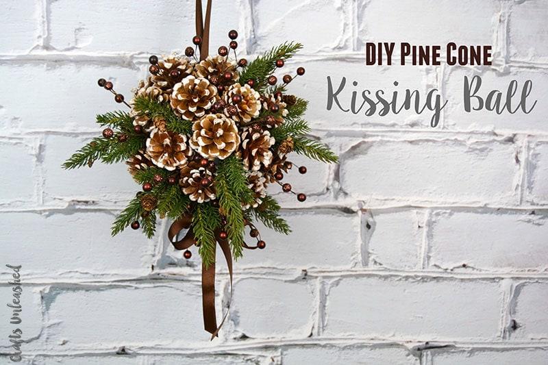Новогоднее украшение из сосновых шишек