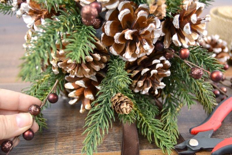 новогоднее украшение с шишками