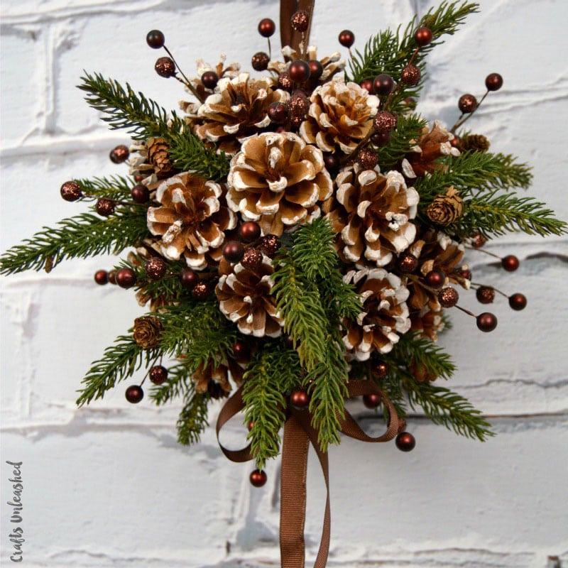 елочный шар из сосновых шишек