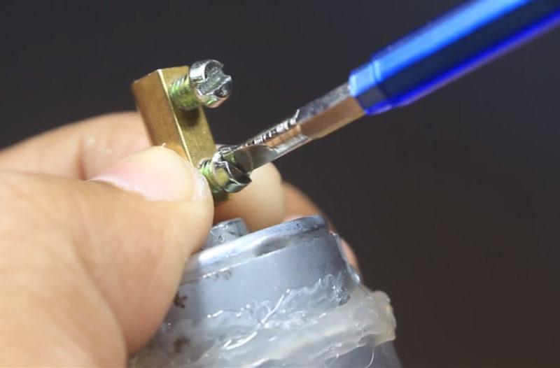 Как сделать мини дрель из моторчика