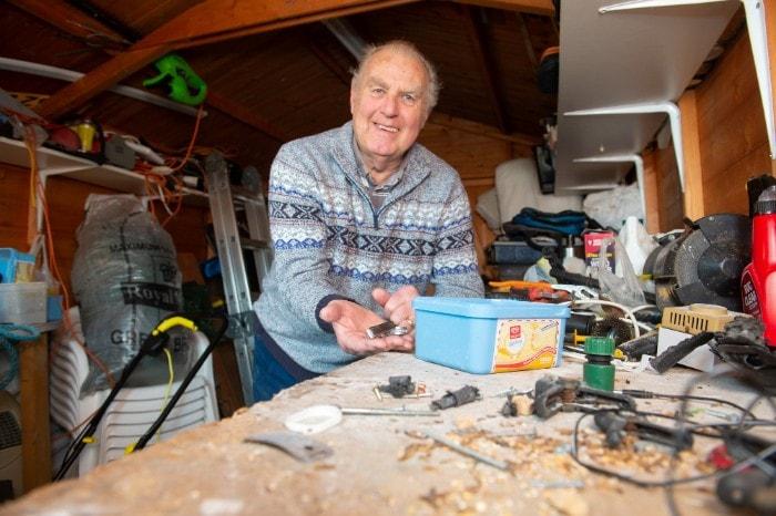 «Я думал, что схожу с ума:» Пенсионер ловит мышь, которая убирала сарай на даче