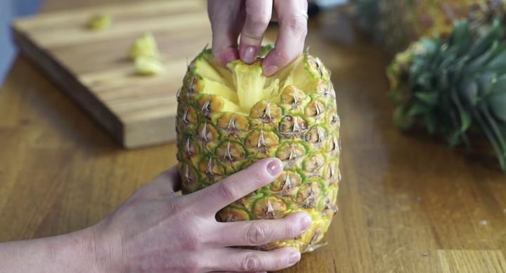 Три трюка по чистке ананаса, которые облегчат жизнь каждому