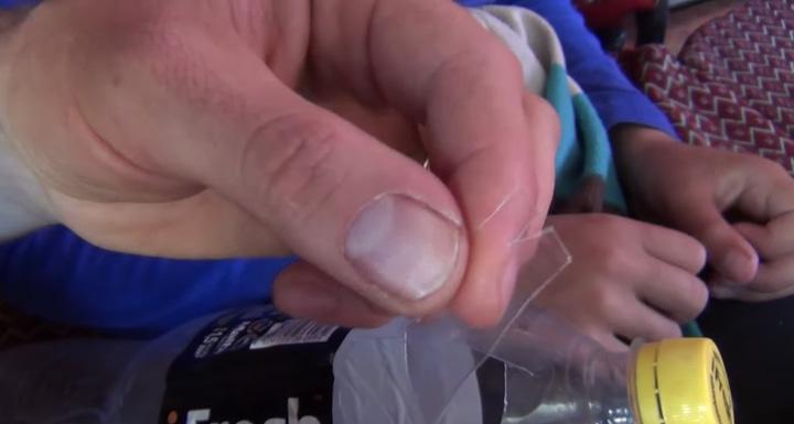 Простой способ правильно вытащить клеща с помощью обычной бутылки