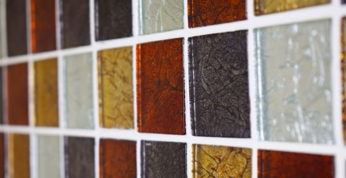 квадратная цветная плитка в ванной