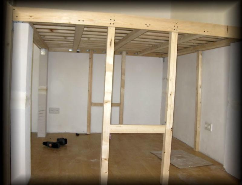 Импровизированная и самодельная гардеробная, совмещенная с ….кроватью
