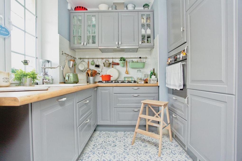 маленькая кухня в сером цвете