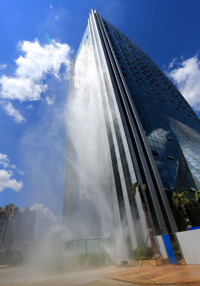 Настоящее чудо инженерной мысли — небоскреб со стометровым водопадом в Китае