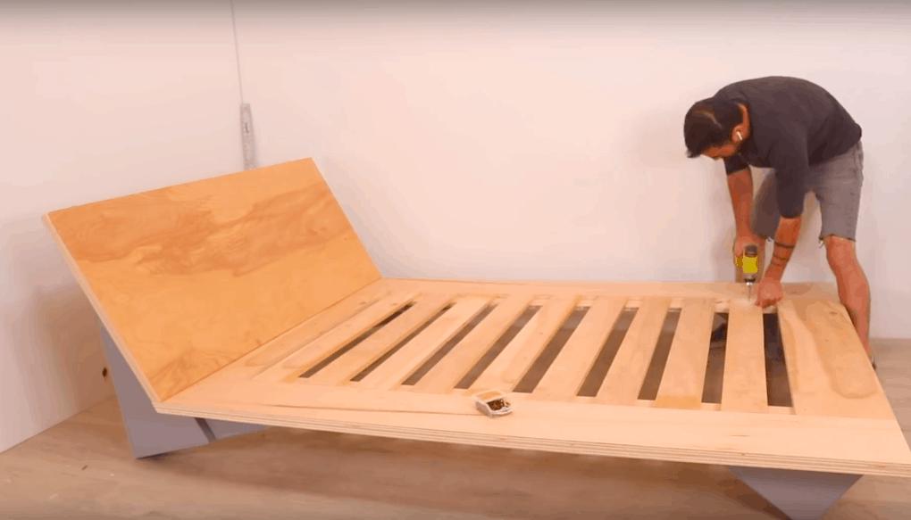 Удобная и недорогая кровать из фанеры. Стильная вещь своими руками