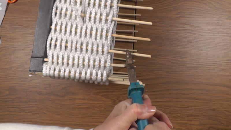 Приклейте к коробке из-под обуви шпажки, проденьте верёвку, и супер вещь для дома готова