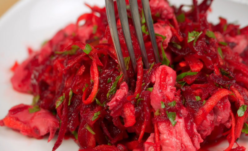 Забудьте о скучном винегрете, этот пикантный салат станет вашей любимой закуской
