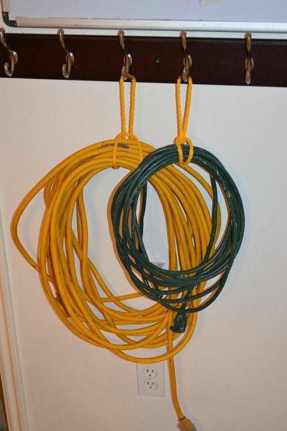 хранение шнуров и кабелей на крючках