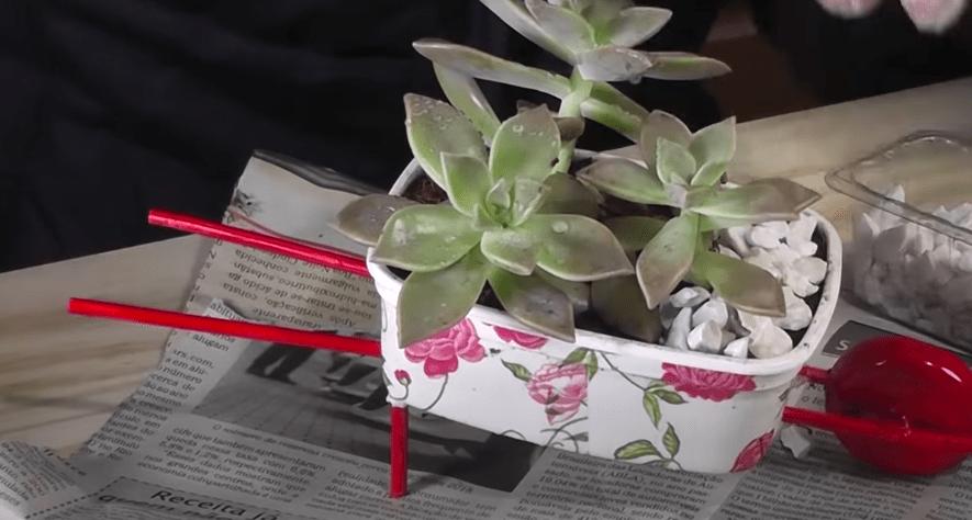 Просто и мило: симпатичная идея для цветов из ненужных контейнеров