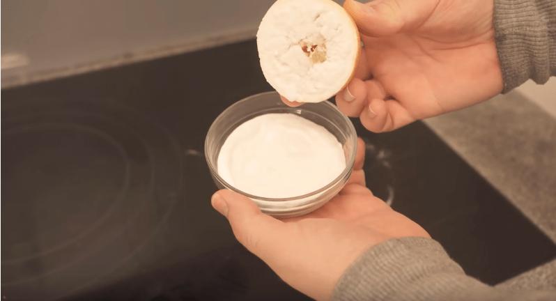 Возьмите половинку лимона и воспользуйтесь отличным лайфхаком для варочной плиты