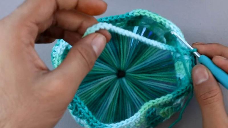 Интересная техника вязания с использованием СД-диска. Украсьте интерьер нужной вещицей